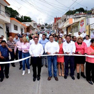 El senador José Yunes Zorrilla y el alcalde Américo Zúñiga Martínez, en la inauguración del pavimento hidráulico, la nueva infraestructura de agua y de drenaje, y las guarniciones y banquetas, de la calle Matamoros, que permitirá mejorar la calidad de vida de los vecinos.