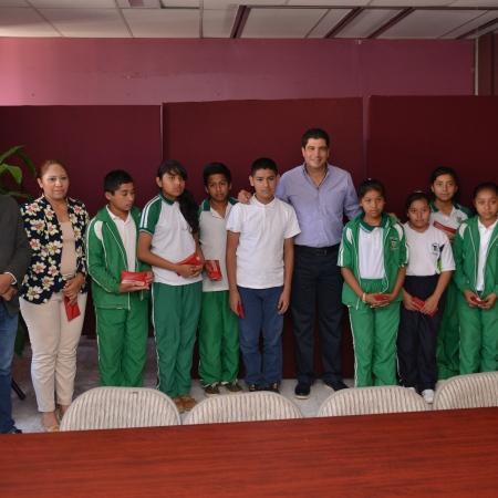 """Como parte de su labor de gestión, el diputado David Velasco Chedraui entregó lentes a alumnos de la escuela telesecundaria """"José María Luis Mora""""."""