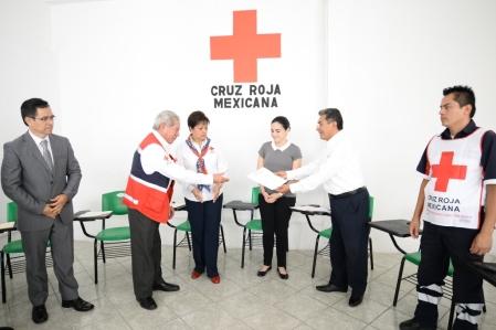 Coatepec, Ver.- La UV entregó un donativo económico al subdelegado estatal de la Cruz Roja Mexicana, José Carlos Berrones, a través del director de Recursos Financieros, Gerardo García Ricardo, en las instalaciones de la Delegación Coatepec.