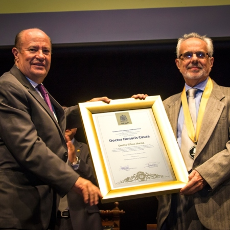 Emilio Ribes Iniesta recibió la condecoración de manos del rector de la UASLP, Manuel Fermín Villar Rubio